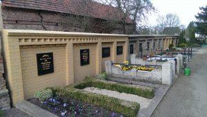 Teilsanierte Friedhofsmauer in Neurüdnitz